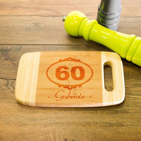 Frühstücksbrett aus Holz mit Griff graviert zum 60.