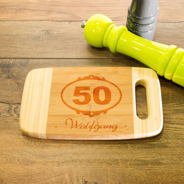 Frühstücksbrett aus Holz mit Griff graviert zum 50.