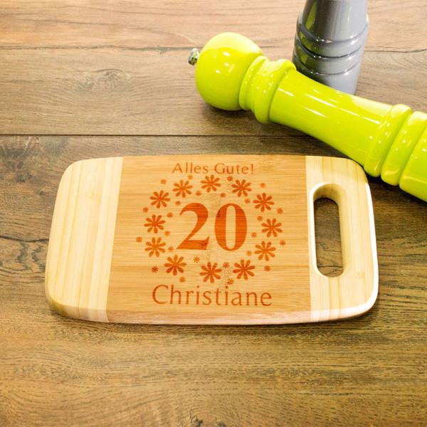Schneidebrett aus Holz mit Griff graviert zum 20.