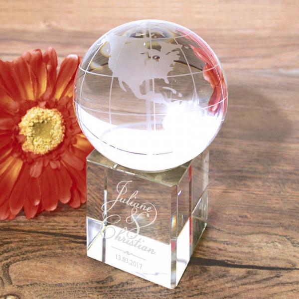 Gravierter Glas Globus mit Glassockel als Geschenk zur Hochzeit