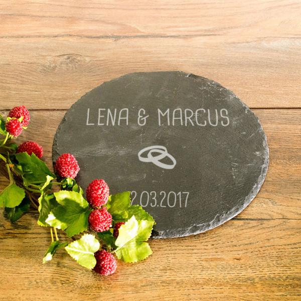 Personalisierter runder Untersetzer mit Wunschnamen und Datum aus Schiefer zur Hochzeit