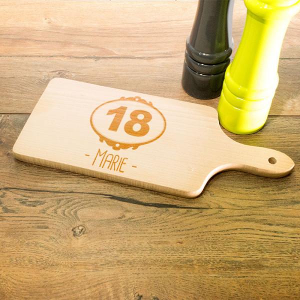 Personalisiertes Schneidebrett aus Holz mit Griff zum 18.